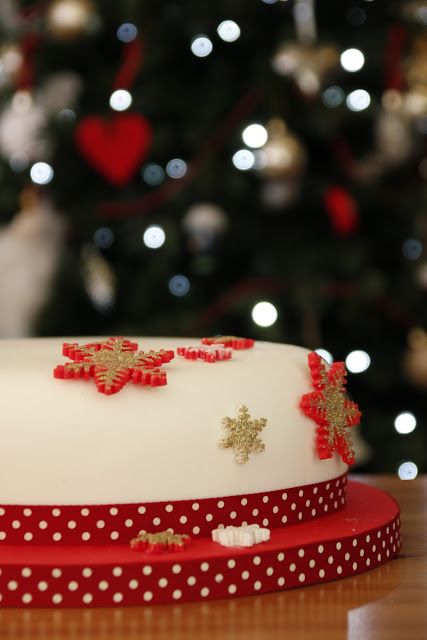 Cross My Apple Tart: Icing a round Christmas cake with sugarpaste
