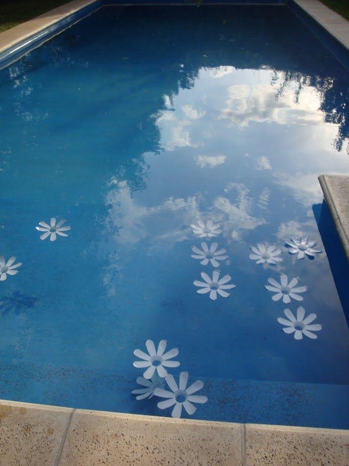 Flores para adornar piscinas hechas con botellas de leche recicladas.