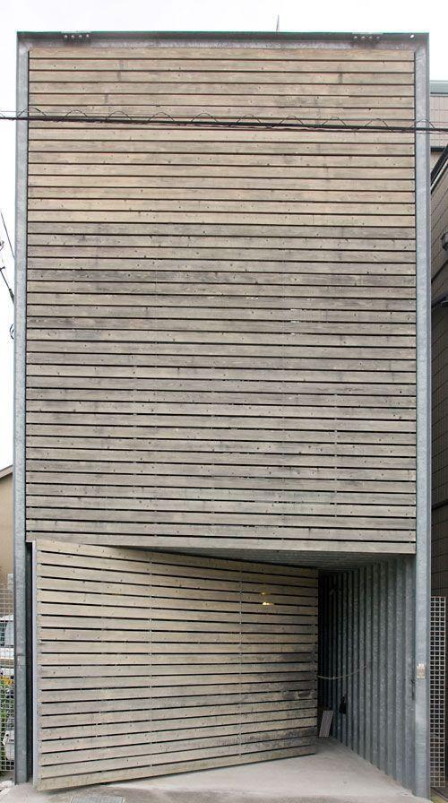 Porta pivotante quase camuflada com a fachada.  Fotografia: http://www.decorfacil.com/portas-pivotantes/