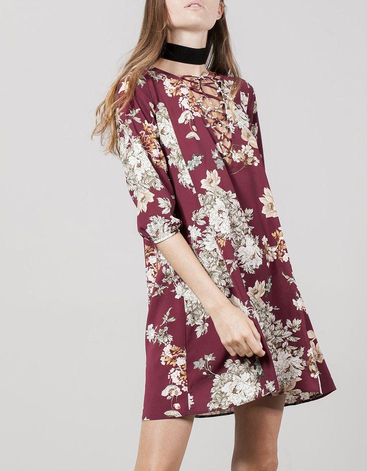 Φόρεμα με λουλούδια και κρουαζέ ντεκολτέ