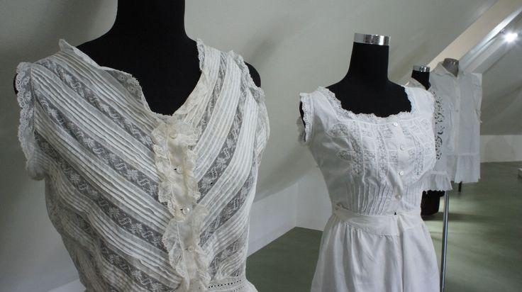 Biancheria intima in cotone e merletto di colore bianco - primi anni del '900 #intimo #abitidepoca #fondazionelaverdelamalfa #storia #museodelcostume #arte #merletti #tessuti #exhibition #moda