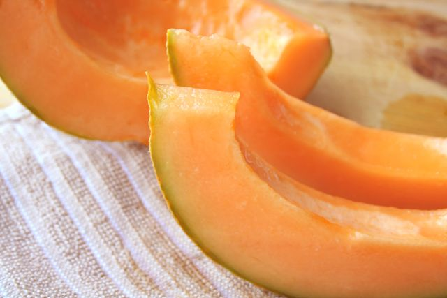 16 Reasons to eat cantaloupe this summer. Cantaloupes aren't a fruit typically associated with health, which is a shame. These sweet, succulent melons are absolutely loaded with nutrients and antioxidants, yet contain very few calories. A generous helping of cantaloupes a day is enough to fill the body with vitamins A and C, potassium,
