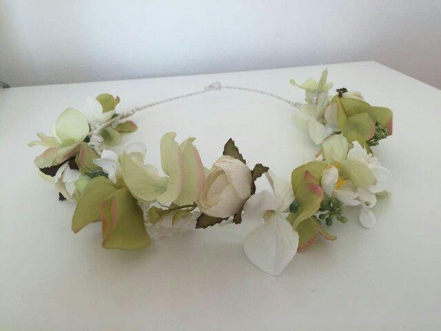Coronitasssh para comunión realizada por encargo en tonos verdes claros para combinar con cinturilla bordada