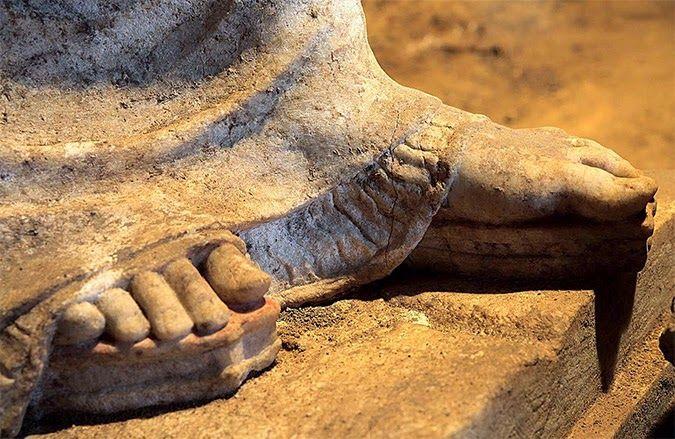 Particolare dei piedi calzanti kothornoi decorati in rosso e giallo (Foto: Ministero della Cultura greco)