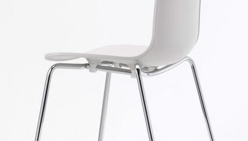 De+multifunctionele+stoel+van+Jasper+Morrison+biedt+dankzij+de+vorm+van+de+schaal+veel+bewegingsvrijheid.