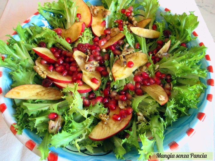L'insalata di scarola con frutta e noci è molto semplice da preparare e tanto riempitiva. Ideale come contorno ma anche come antipasto