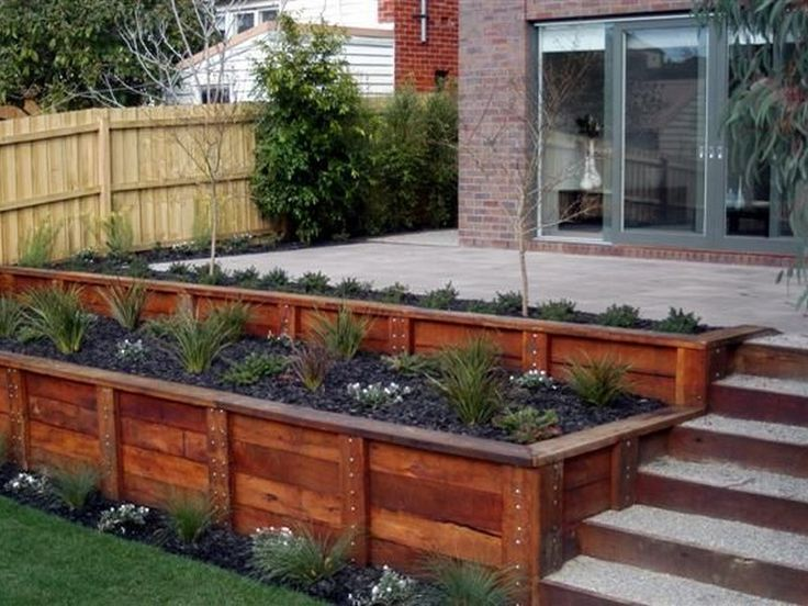 25 beste idee n over wood retaining wall op pinterest for Patio and retaining wall ideas