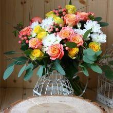 Букет из гиперикума и роз «Альфа»