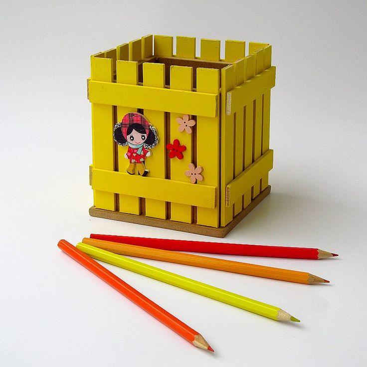 Pastelníkovník - tužkovník - panenka Originální dřevěný pastelníkovníkzdobený nalepeným malým plotem a zdobený aplikacemi. Plot je ruční výroba, nestejná výška jednotlivých dřevíček je záměrem. Velikost:12,5 x 11,5 x 11,5 cm