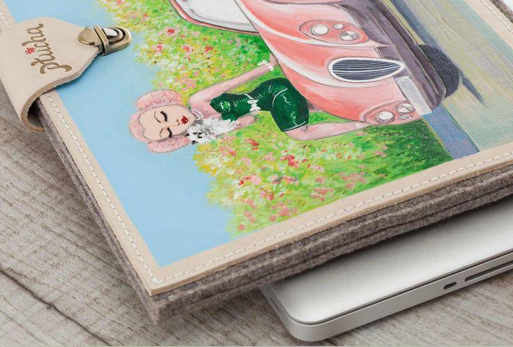 Мягкий фетровый чехол, с дополнительными кожаными панелями, великолепно защищающий MacBook от ударов и царапин. Рисунок нанесён вручную, в технике выжигания по коже, с дополнительной отрисовкой цветными красками. Рисунок устойчив к износу и воздействию влаги. #housse #étui #peint #à #la #main #artisanale #fait #main #fille #feutre #mode #ordinateur #portable #MacBook #Air #MacBook #Pro