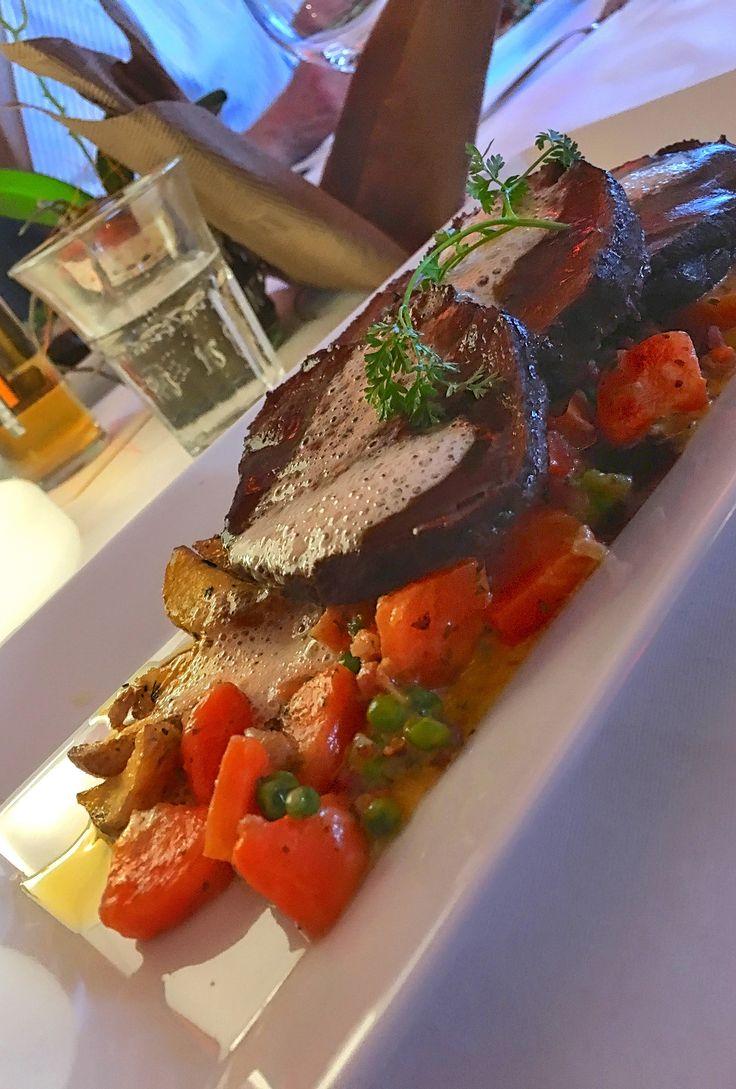 Restaurant Rheinterrassen Köln • Rinder-Schaufelstück im eigenen Jus • 24 Stunden gegart  Sauce Suprême, gebratene Drillinge, Erbsen-Karotten-Gemüse mit Speck