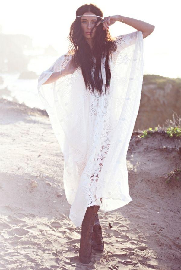 La mer, la robe, la coiffure - tout dit style boheme chic