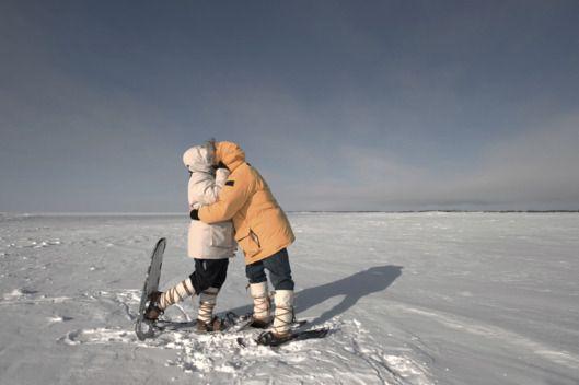 """Era mais uma sombria e solitária noite na Estação McMurdo, na Antártida, quando um cientista americano, que conduz uma pesquisa no continente, decidiu criar uma conta no aplicativo Tinder, """"só por diversão"""" >> Leia http://www.viniciuscovas.com/2015/01/tinder-une-casal-de-cientistas-na-artartida/"""