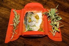 Papillote al microondas (Parte II): la mejor opción para comer pescado rápido y sin olores! Mi receta de dorada con tomate, 8 minutos y listo! -- Mujerhoy.com --