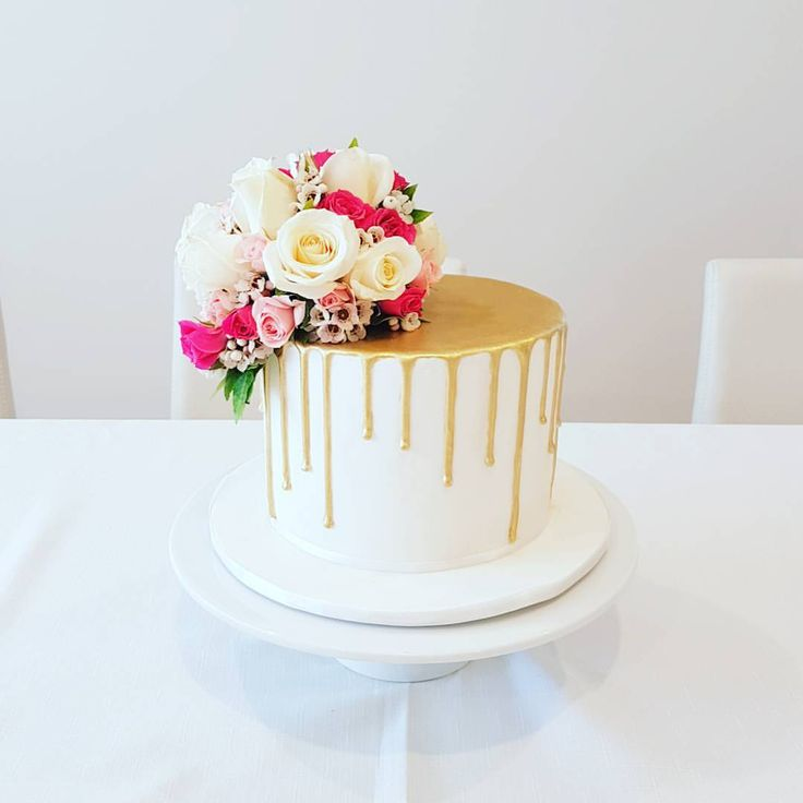 125 vind-ik-leuks, 12 reacties - Glorious Cakes (@gloriouscakesbris) op Instagram: 'My special delivery made it to Sydney intact! Gorgeous gold drip with beautiful blooms for my…'