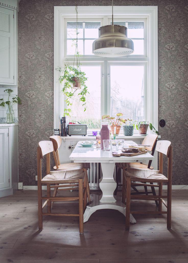 God morgon från vårt kök. Vi är mitt i lov och pusslar med barn och arbete. Eller jag då... Min man är passande nog i Stockholm hela veckan. ;) Kaffe med mortlad kardemumma på morgonen....