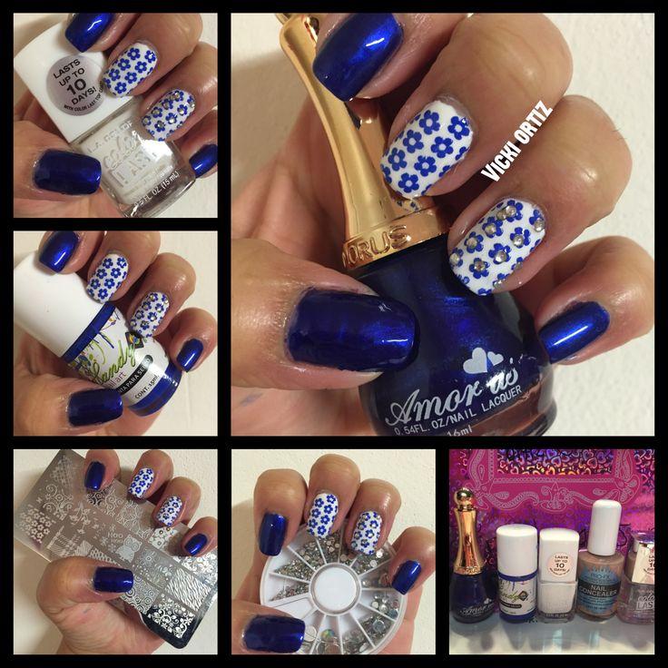 Uñas  color azul rey  y flores
