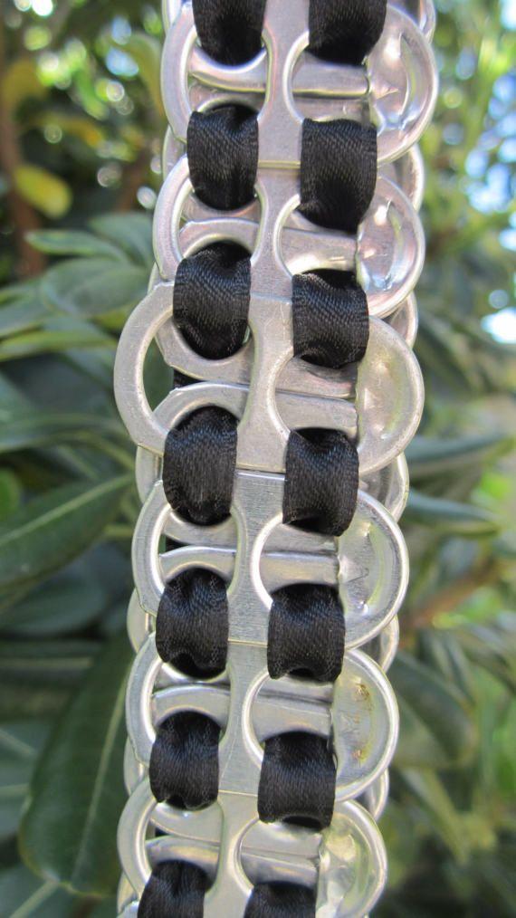 Fabriqué à partir de 21 onglets recyclé soda pop et ruban polyester noir.