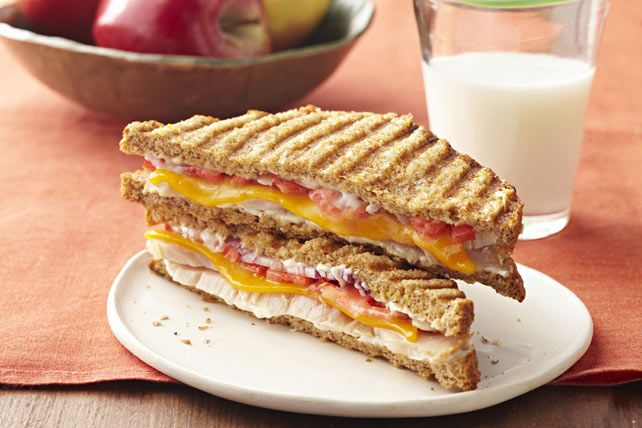 Transformez la dinde cuite en un sandwich façon bistro. Ce panini à la dinde, au cheddar et à la tomate est grillé à la perfection.
