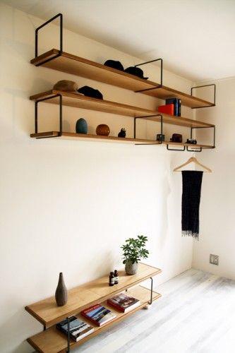 壁にリングがそっと浮いている  って完成する  棚板をいかにも支えるのではなく、そっと壁に接して、浮いているかのように見せてくれる棚受け。 支持材として単体で主張するのではなく、重いはずの棚板をさらりと載せて、板と一体となって完成された家具のように見せてくれる。 どんな板でも、鉄のリングは家具としてきちっとまとめ上げてくれ、すっと壁に取り付く。この軽快さがたまらなく良いんです。  こちらの棚受けは、リング状になっているため、上下に棚板を載せることを想定しています。1枚は上の辺に載せてビスで固定、もう1枚はリングの中を通し、輪の下の辺の部分に固定します。 もちろん、1枚の棚板だけを支えるのにお使いいただいても良いのですが、2枚の棚板がリングで結ばれることで、バラバラだったパーツが一体となって、棚全体としての完成度を高めてくれます。