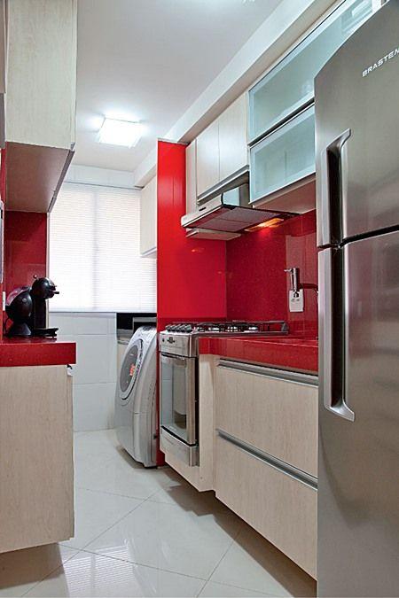 """A """"cozinha-corredor"""" é quase uma unanimidade nos projetos de imóveis com pequena ou média metragem.  Aberta ou não para a sala, chamo assim as cozinhas estreitas e compridas que quase sempre só permitem móveis e eletrodomésticos em uma das  paredes mais compridas..."""