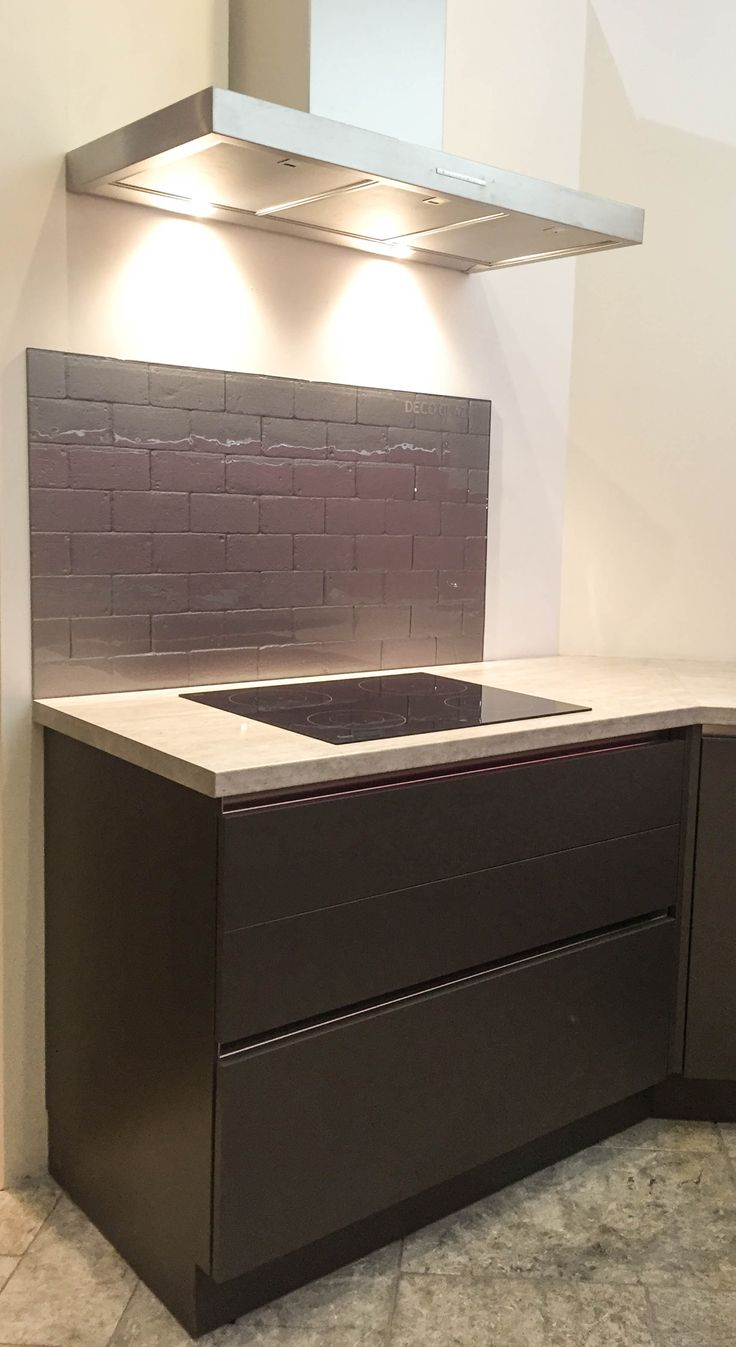 DecoKiln Metro in Thor splashback, with Anthracite handle-less cabinets & a laminate worktop.