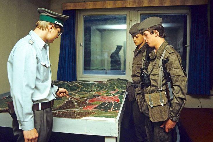 Ein Offizier der DDR-Grenztruppen des Grenzkommandos Süd  instruiert an einem Gelädeprofil zwei Soldaten der Grenztruppe (GT)