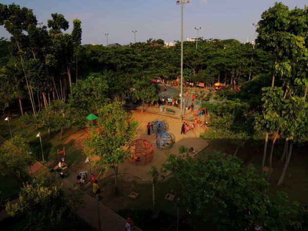 Menteng Park was built to replace the emptied football stadium and completed five years ago at one of the prime districts in Central Jakarta. When it was opened, very few people frequented the park. But five years later, the park got regular visitors each day and peaked in the afternoon.