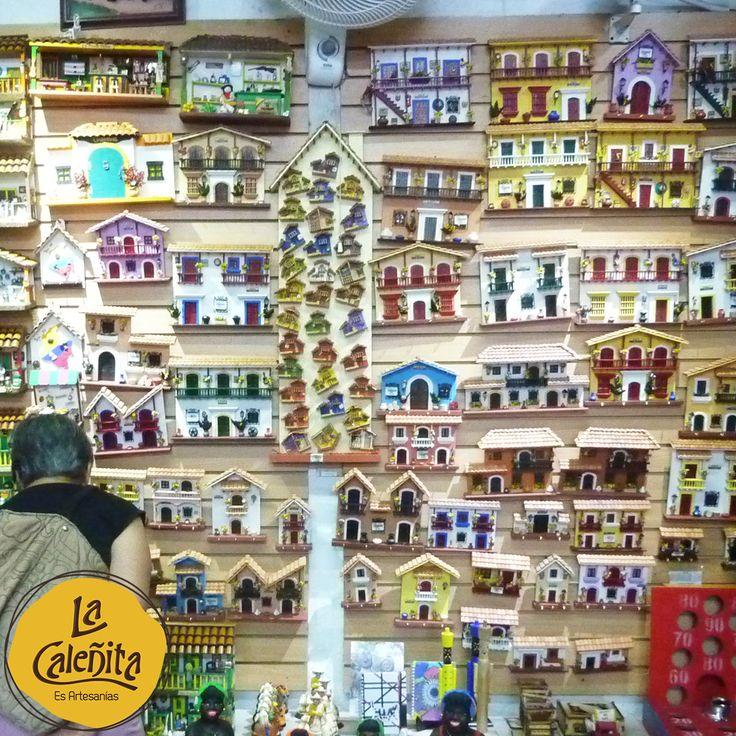 Uno de los elementos que caracteriza las decoraciones de casas típicas colombianas son las paredes de colores fuertes. ¿Ya viniste a mirar nuestra colección de Fachadas? 😍🏠💖 #ArtesaniasColombianas #ArtesaniasLaCaleñita #LaCaleñita