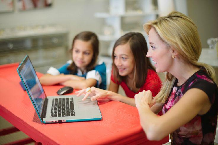 より多くの女性エンジニアが活躍する社会を目指して、女の子たちに教育の早い段階からコンピューターサイエンスやエンジニアリングに興味をもってもらうためのオンライン教育プロジェクトが広まりつつあります。
