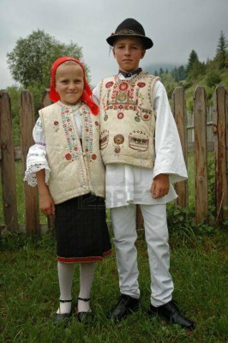 GHIMES, ROEMENIË - JUNI 3:. Kinderen in traditionele kleding deelnemen aan festiviteiten tijdens een bruiloft. Folklore en tradities zijn goed onderhouden in het Hongaars gemeenschappen over Transsylvanië. 03 juni 2005 in Ghimes, Roemenië Stockfoto