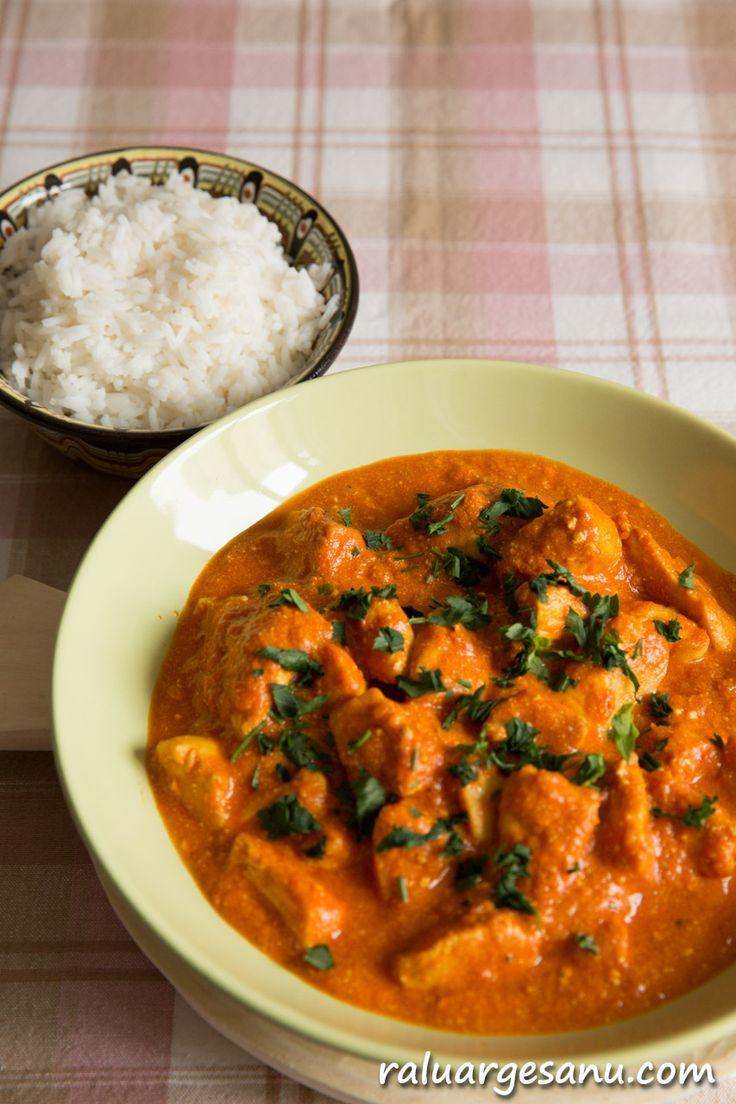 """Pui tikka masala inseamna """"bucati de pui condimentate"""". Tikka, in limba persana se refera bucata de carne, iar masala este cunoscutul mix indian de condimente. Sosul pentru aceasta rete…"""