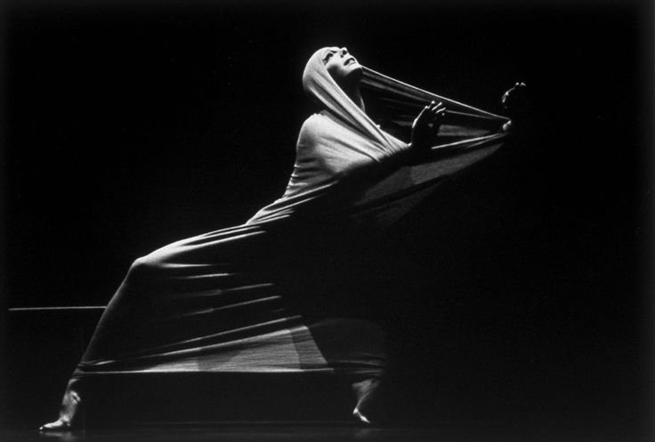 Marion Valentine :: Peggy Lyman performing Lamentation by Martha Graham, 1976 [source]