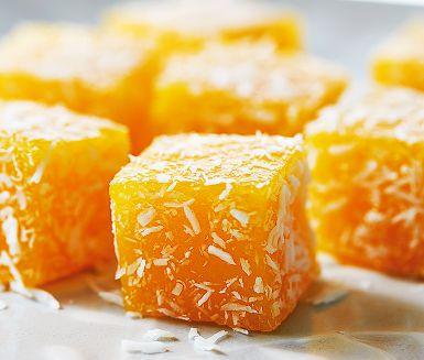 I Kina är det vanligt med gelégodis gjord på färska frukter och bär. Den här mangogelén rullad i riven kokos är ett gott exempel. Du gör den enkelt med färsk eller fryst mango, socker och gelatin.