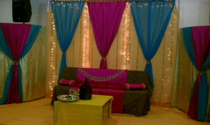Mehndi Stage Pics : Simple and clean stage for mehndi or mayoon pakistani