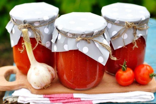 Todacomida que fazemos em casa é muito mais saborosa e saudável que qualquer produto industrializado, certo? Então,que tal preparar um molho de tomate caseiro? Nós ensinamos pra você. Ingredientes 5 unidades:Tomate maduro limpo; 1 colher de sopa: Azeite de Oliva; 1 unidade:Cebola ralada; 1/2 unidade:Pimentão vermelho; 1 pitada generosa: Açúcar; 1/3 colher de chá:Sal; 1 colher de sopa:Manjericão. Modo de preparo Higienize a cebola, o pimentão, os tomates e as folhas do manjericão…