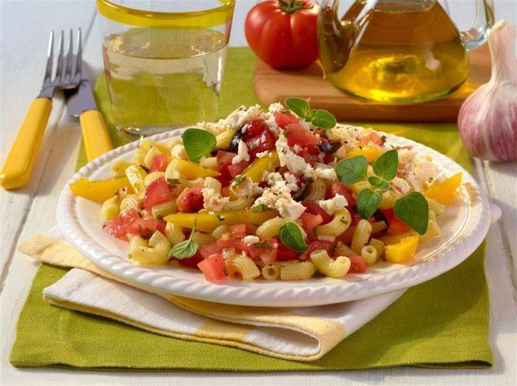 Kein Grillfest ist perfekt ohne Salate. Dieser Nudelsalat kommt ganz ohne Mayo aus und besticht durch italienische Leichtigkeit dank Feta und vollreifer Tomaten.
