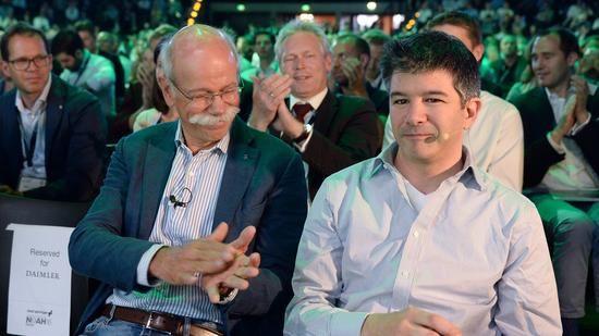 Daimler-Boss Dieter Zetsche (links) kam auf der Noah-Konferenz Uber-Chef Travis Kalanick sehr nah. Quelle: dpa
