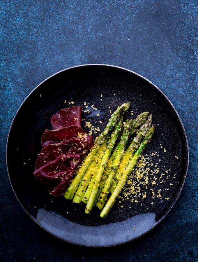 Asparagus, bresaola and gravad egg yolks. http://www.jotainmaukasta.fi/2017/03/31/graavatut-keltuaiset-ja-vihrea-parsa/
