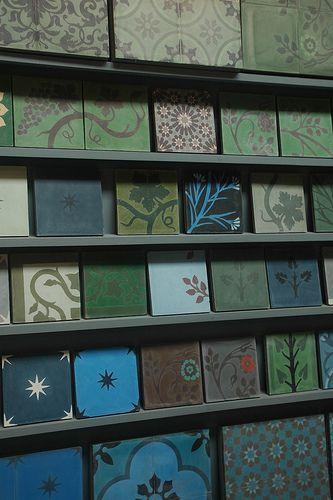 Grande diversité de carrelages en ciment, aux tons verts que je trouve magnifiques - Emery & Cie store Antwerpen by StudioCatharina.
