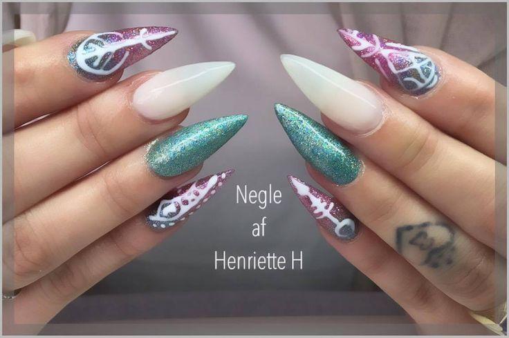 Gele negle i mandelform med flot nail art har vores søde elev lavet her. Du kan også tage din negle uddannelse eller et negle kursus hos http://Nail4you.dk