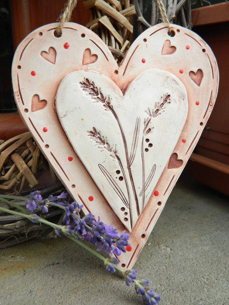 Srdíčko s puntíky Srdíčko na zavěšení z keramické hlíny,glazované, použita engoba.Zdobeno srdíčky. Velikost 135mmx165mm