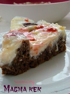 Daha önce muhallebisiyle ve sosuyla pişen kek tarifleri denemiştim .Bu yüzden tarifi fazla düşünmeden denedim .Sonuç gayet güzeldi. Bu tarifi sevgili Melek Mutfağım programında yapmış .Ben sevgili Özgen in bloğunda gördüm ve denedim..:) Keki için: 3 yumurta 1 çay bardağı şeker 1 çay bardağı sıvıyağ 1 çay bardağı süt 1 paket vanilya, 1 paket kabartma …