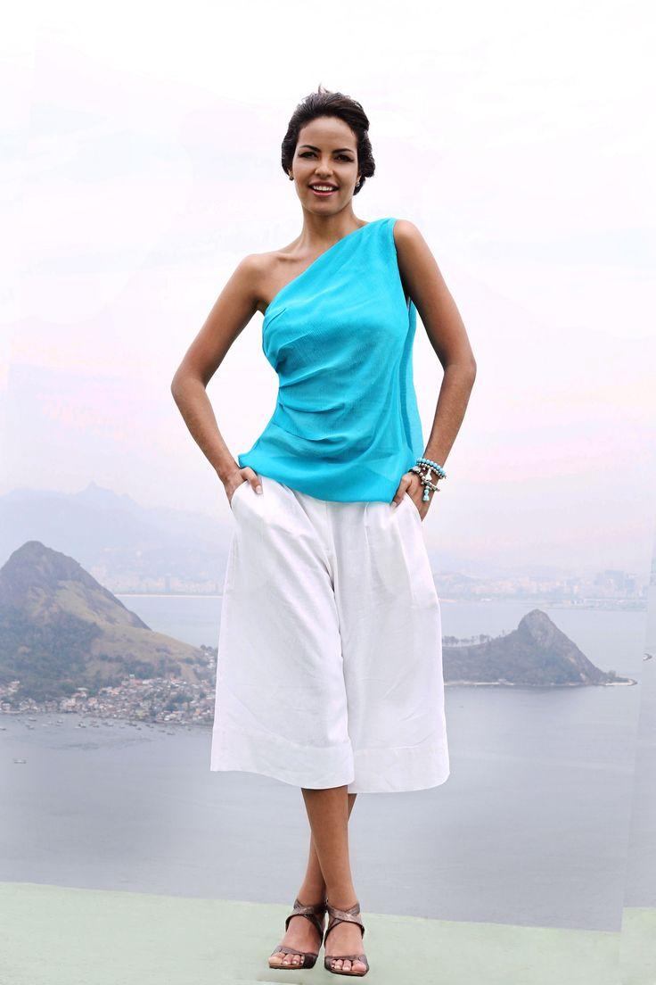 Blusa de um único ombro de seda turquesa com pregas laterais que fica linda com a Calça pantalona de linho puro off-white | Compre nossa Blusa Tapei e a Calça Riviera online: www.grege.com.br