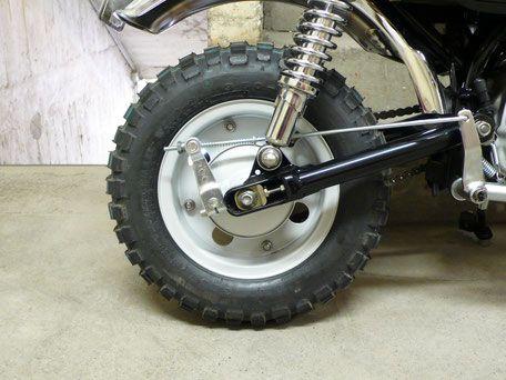 Die längere Schwinge (+ 4 cm) lässt das Hinterrad schön mittig unter dem Schutzblech stehen. Und dazu ein Paar einstellbare Stoßdämpfer.