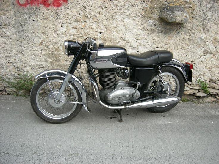 Moto Sanglas 400cc 1971, joli reservoir à flanc chromé et garde boue avant enveloppant, moteur monocylindre quatre temps , refroidissement à air , cadre double berceau, freins à tambour, Moto Sanglas, Barcelone, Catalogne, Espagne, Europe