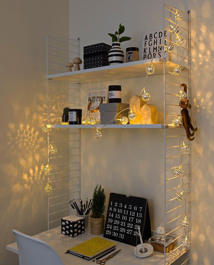 Lysslynge med 24 stk sølvfargede metallballer fra Konstsmide. LED lysslyngen gir et varmt og lunt lys og har et utrolig lekkert lysspill.