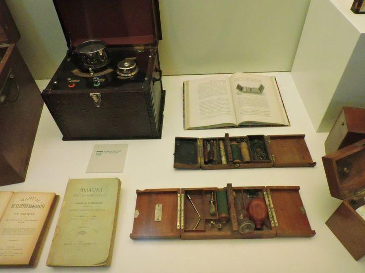 Museo Homeopatía - Aparatos y libros de electro-homeopatía.