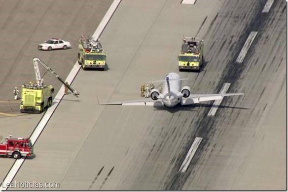 Avión aterrizó de emergencia en el aeropuerto de Los Ángeles - http://www.leanoticias.com/2015/05/11/avion-aterrizo-de-emergencia-en-el-aeropuerto-de-los-angeles/