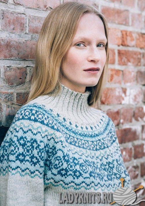 Вязаный спицами свитер с красивым жаккардовым узором на кокетке